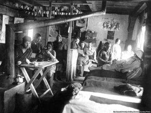 Dones dins d'una barraca en un gulag rus