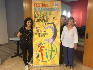 Elvi Vila, Ramon Sauló i Rosa Maria Soler amb el cartell del FIT Cerdanyola