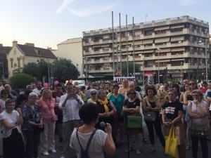 Homes i dones es van concentrar per protestar contra la decisió judicial del cas de La Manada