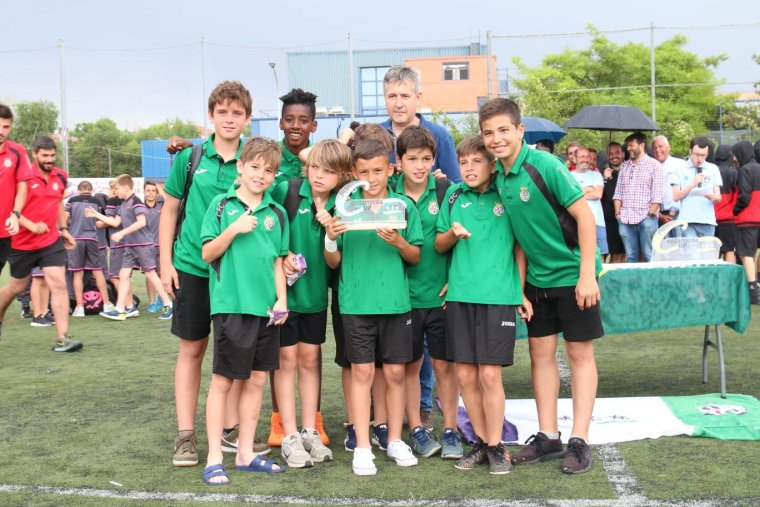El Cerdanyola CF recollint el seu premi de sub-campió aleví