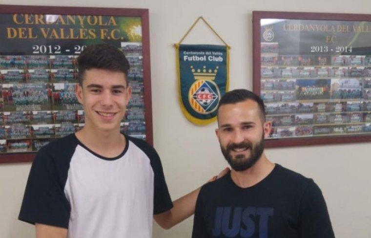El nou jugador Marc Hermosel i Pablo García, nou membre del cos tècnic, a les oficines del Cerdanyola del Vallès FC