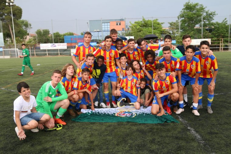 El València s'ha deixat fotografiar amb la bandera de l'equip local