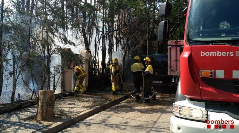 Els Bombers durant l'extinció de l'incendi a Cerdanyola