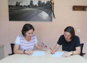 Laura Benseny i Miriam Mimó signant el conveni