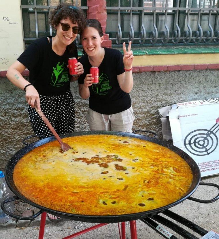 L'associació va cuinar una paella de celebració
