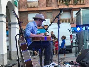 Joss Santos durant la seva actuació a la plaça de Francesc Layret