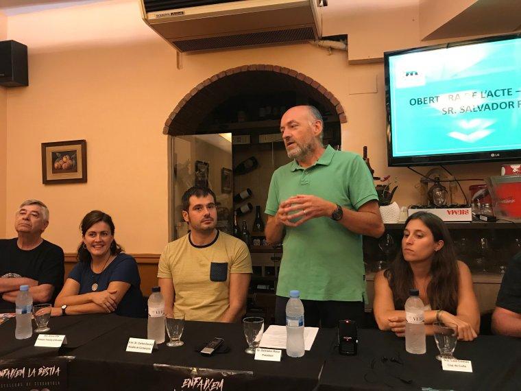 D'esquerra a dreta: Carles Ros, la regidora Elvi Vila, l'alcalde Carles Escolà, Salvador Roca i Laia Comas