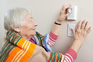Dos tècnics visiten les cases per veure quins elements optimitzar per estalviar energia
