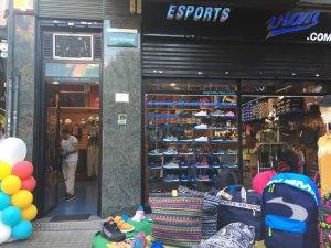 Esports Vian i el seu aparador al carrer