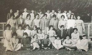 Imatge històrica d'un grup escolar a Cerdanyola