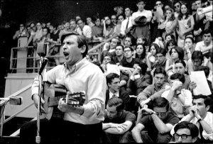 Raimon durant un concert l'any 1975