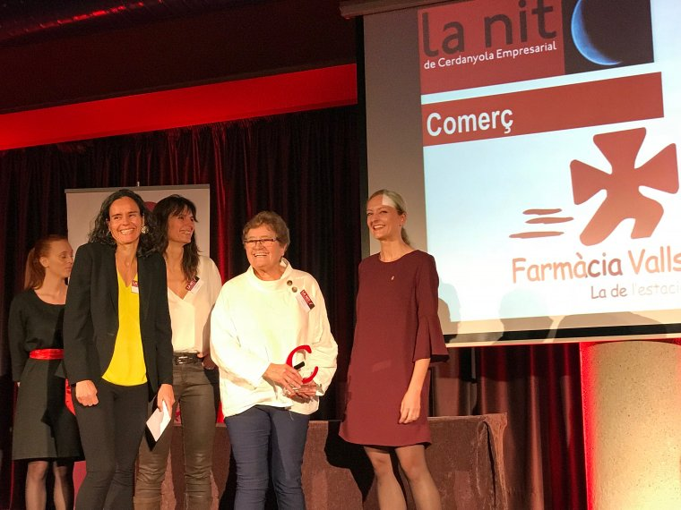 La família gerent de la Farmàcia Valls va rebre el premi amb emoció