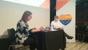 A l'esquerra, Sonia Rodrígiuez, regidora a l'Ajuntament de Cerdanyola; a la dreta, Noemí de la Calle, diputada al Parlament de Catalunya.