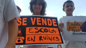 Un alumne de l'Escoleta durant una protesta per l'estat de les instal·lacions