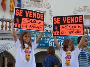 Dos alumnes de l'Escola Bellaterra durant una protesta davant l'ajuntament