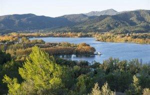 El jaciment de l'únic poblat neolític lacustre es troba a l'Estany de Banyoles