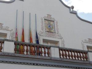Les banderes a mig pal pel dia de dol oficial