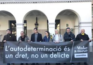 El matí del dia de l'inici del judici, diverses figures polítiques de Cerdanyola s'han concentrat davant l'Ajuntament.