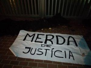 Pancarta i brutícia que el CDR ha deixat a la porta dels Jutjats de Cerdanyola