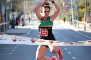 Julia Sánchez celebra la primera posició en la cursa de les 3 Milles de la 16a edició de les Milles de Valldoreix