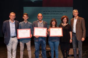 Els guanyadors dels Premis Literaris juntament amb els representants de la UAB i l'Ajuntament