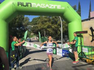 La guanyadora femenina de la carrera de 14 km, Esther Cruz, arribant a la meta