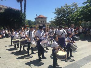 La XIV trobada de Tambors i Bombos a la plaça de l'Abat Oliba