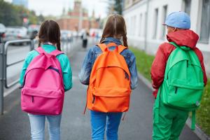 Nens caminant a l'escola