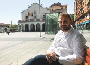 Carlos Cordón, alcalde de Cerdanyola del Vallès a la plaça de Francesc Layret