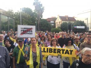 Concentració davant de l'Ajuntament en resposta a la retirada de la pancarta en suport als presos polítics de la balconada del consistori
