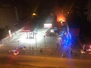 Imatge de l'incendi a un taller mecànic de Ripollet