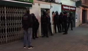 Moment de l'entrada dels Mossos a un pis en el marc del dispositiu contra el tràfic de drogues