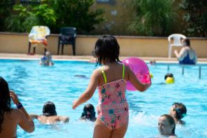 Els jocs aquàtics a la piscina de Montflorit durant el dissabte de Festa Major