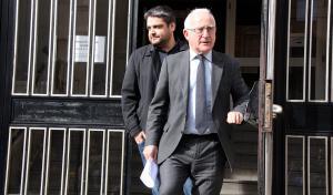 Alejandro Caballero, al darrere del seu advocat i exregidor Francisco Zapater, era un dels treballadors de l'empresa Inipro a Tarragona.
