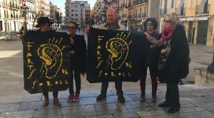 Les banderoles amb el lema 'Farts de soroll' segueixen presidint força balcons del barri.