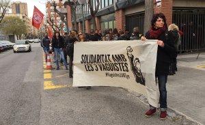 Els concentrats, davant del jutjat penal, en solidaritat amb els tres vaguistes encausats.