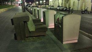 Un sofà al costat d'una illa de contenidors, una mostra d'una deixalla voluminosa en un espai que no pertoca, la passada nit a Tarragona.