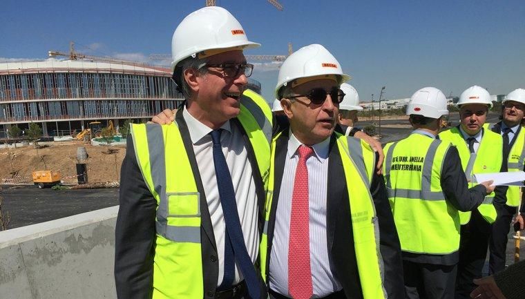 Josep Fèlix Ballesteros, somrient i abraçant-se amb Alejandro Blanco un cop han aconseguit la promesa que els diners de l'Estat arribaran.
