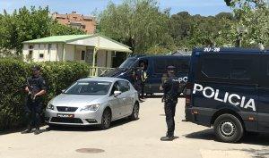 Agents de la UIP de la policia espanyola esperant la sortida del detingut, a l'interior del càmping.