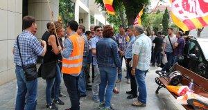 Els treballadors d'Endesa, davant dels jutjats de l'avinguda Roma de Tarragona.