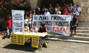 El Grup de Treball en Defensa de la Sanitat Pública, aquest dimarts en roda de premsa davant dels Serveis Territorials de Salut.