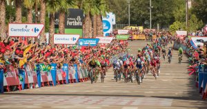 Els ciclistes, arribant a la línia de meta, a l'Anella Mediterrània de Campclar.