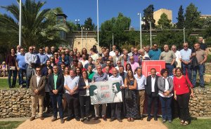 Alcaldes, regidors i assessors del PSC, en l'acte de suport als representants del partit.