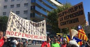 Alguns pagesos han dut les seves pròpies pancartes en la concentració a la plaça Imperial Tàrraco.