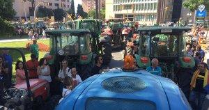 Centenars de tractors han inundat aquest divendres al migdia la plaça Imperial Tàrraco en defensa del referèndum.