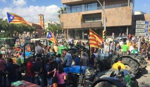 Centenars de tractors han inundat aquest divendres al migdia la plaça Imperial Tàrraco, on hi ha la Subdelegació del govern espanyol, en defensa del referèndum.