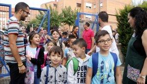 Diversos alumnes saludant els seus professors mentre entren a l'institut-escola Mediterrani de Tarragona, en el primer dia de curs.