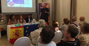 Dolores Agenjo, al mig de la taula, durant l'acte de Societat Civil Catalana a Tarragona.