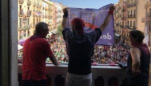 El casteller dels Xiquets del Serrallo, mostrant la banderola pro-democràcia entre l'alcalde Josep Fèlix Ballesteros i la portaveu del govern Begoña Floria.