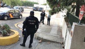El desplegament de la Policia espanyola ha encerclat completament la plaça d'Orleans, on es troba la comissaria d'aquest cos.